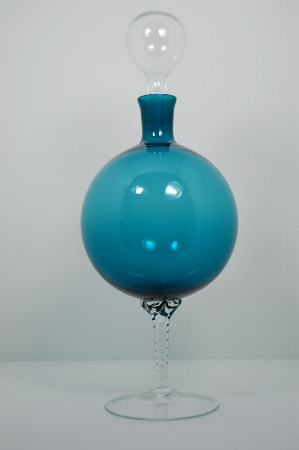 Pedestal based decanter